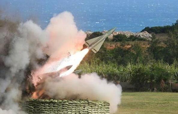 台军6月在九鹏基地进行鹰式飞弹测考时,2枚发射后在沙滩上空爆炸。