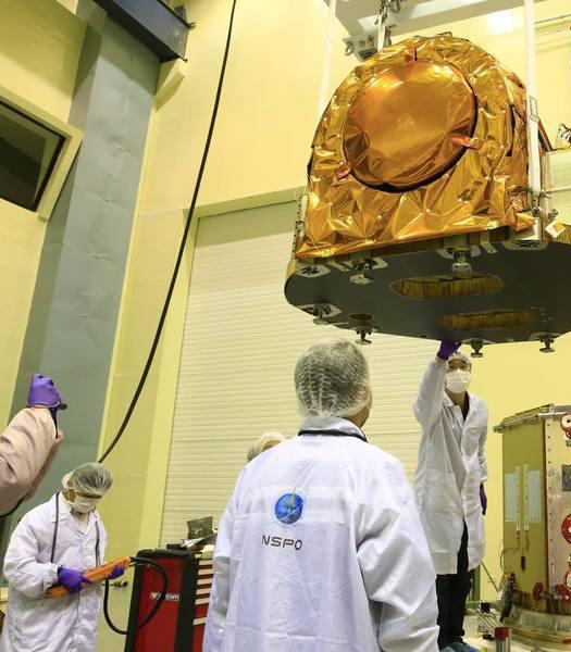 """台湾方面斥资56亿元自主打造的""""福卫五号""""卫星,首波传回的遥测照片却出现模糊、光斑等情况。(台媒图)"""