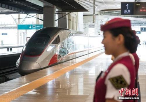"""资料图:在北京南站准备出发的CR400AF""""复兴号""""列车"""