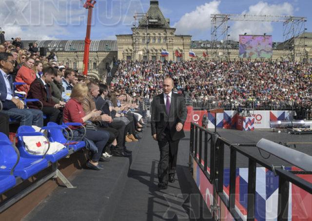 9月9日,在俄罗斯莫斯科红场,俄罗斯总统普京(中)出席欢庆活动仪式