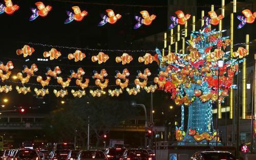新加坡灯饰造型灵感来自早年玻璃纸灯笼设计