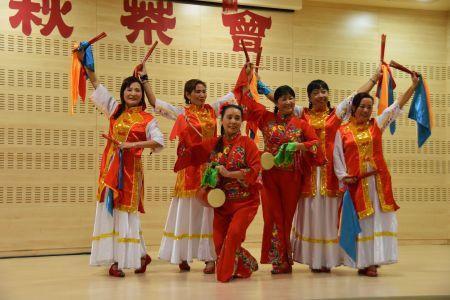西班牙华人在中秋联谊会上表演腰鼓舞