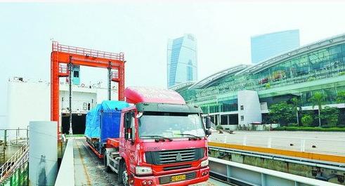昨日,中远之星从台中运来的大型设备抵达邮轮中心码头。