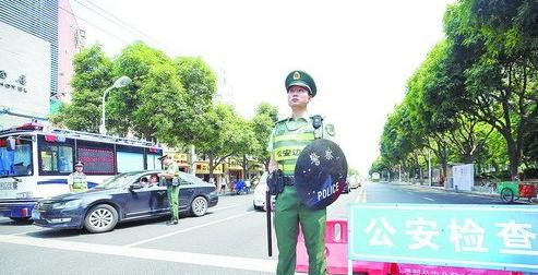 边防支队民警在设卡检查车辆