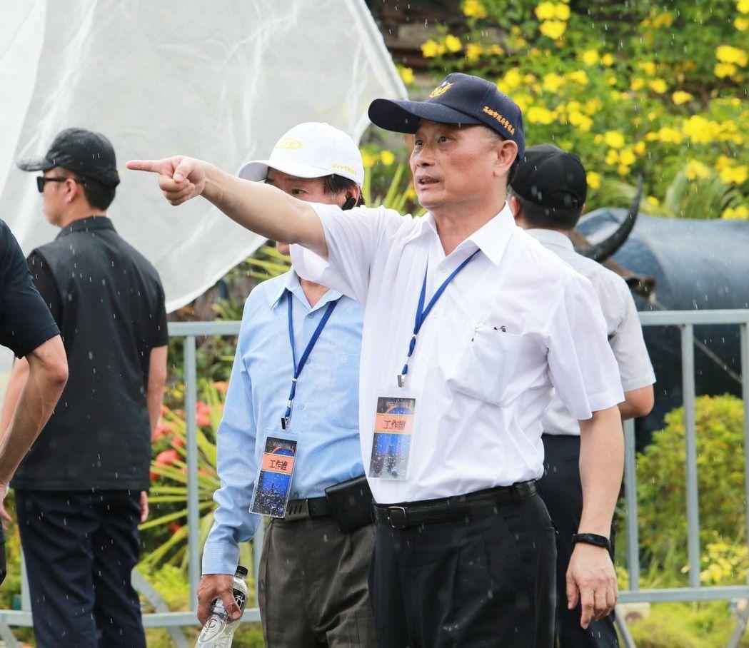 """台湾新任""""警政署长""""陈家钦先前担任高雄市警察局长时,冒雨在雨中指挥警察执勤。"""