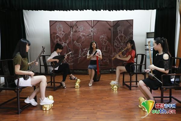 乐团在排练南音。中国青年网记者 周学磊 摄