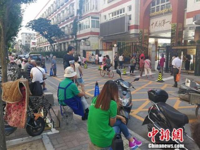 资料图:中关村一小门外等候接孩子的家长 中新网记者 张尼 摄