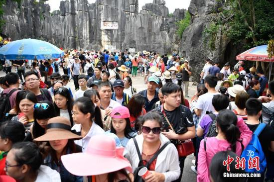 景区里的游客(资料图)。中新社记者 刘冉阳 摄
