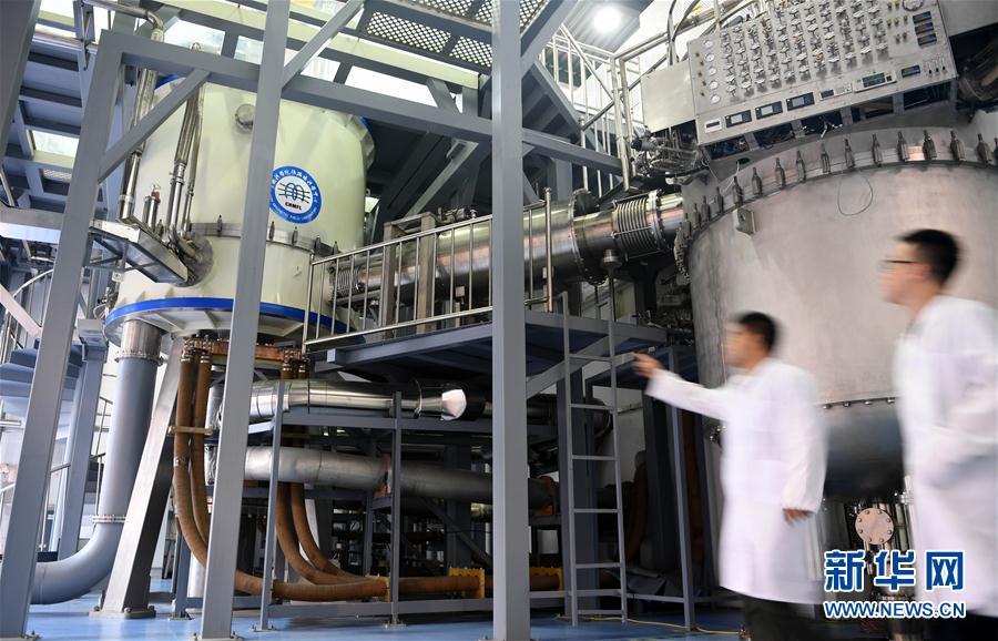 9月27日,工作人员在查看混合磁体装置现场。新华社记者 刘军喜 摄