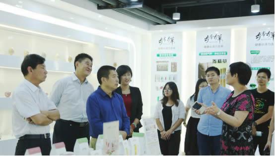 图为与会专家学者参观中药药膳功能性食品食疗生产基地(刘腾飞 摄)
