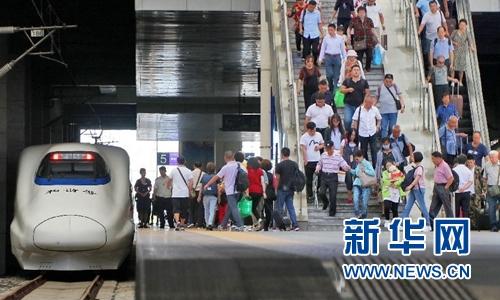 9月21日起全国铁路实行新列车运行图。图为旅客20日在山东烟台火车站准备乘车。新华社发(唐克 摄)