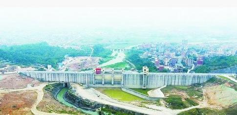 省市重点项目莲花水库,主坝如一堵巨墙横亘南北,横跨莲花溪