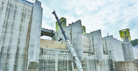 ▲莲花水库主坝正在进行闸门安装