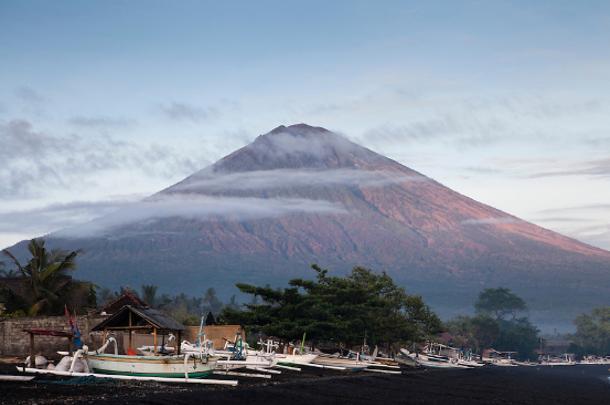 胜地巴厘岛的最高峰阿贡火山处在喷发的边缘,当地近日紧急撤离游客,据