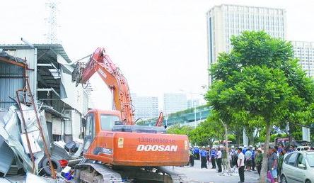 在大型机械的协助下,城管执法人员拆除了一万多平方米的铁皮违建