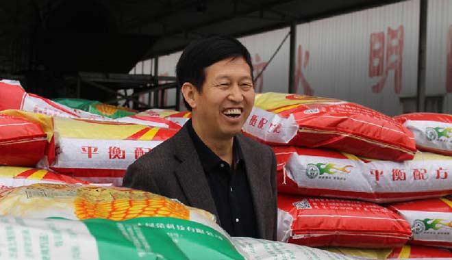 赵永志走在整装待运山西、甘肃的碳氢基肥中(摄影:侯美娜)