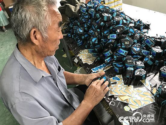 """李好昌在家门口的""""扶贫工厂""""工作。(记者 王莉莉 摄)"""