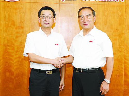 徐西鹏(左)与贾益民(右)握手交接。(华侨大学提供)