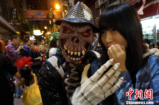 兰桂坊举办万圣节街头派对。(图片来源于中国新闻网)