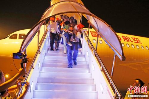 载有161名中方人员的东航MU599航班平安降落在虹桥国际机场。 殷立勤 摄
