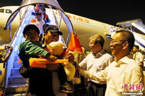 载有161名中方人员的东航MU599航班平安降落在虹桥国际机场。殷立勤 摄