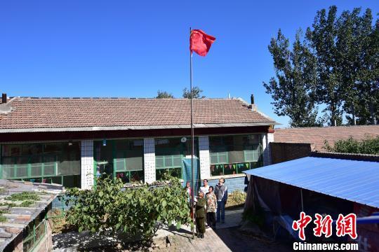 河北一农民每天在自己院内升国旗已坚持17年