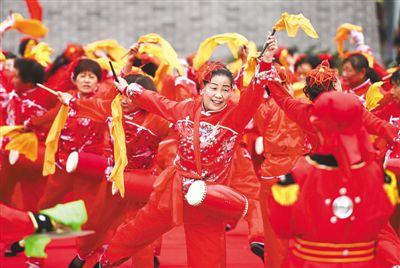 10月1日,河北沧州市新华区在鼓楼广场举行庆祝新中国68周年华诞民俗演出活动,1000多名群众演示了大鼓、腰鼓等民俗节目,为观众带来文化大餐。本报记者 史自强摄