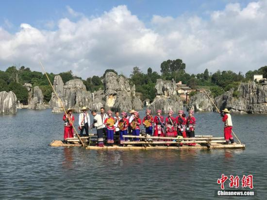 """10月1日,国庆长假第一天,云南石林风景区内游人如织。图为""""阿诗玛""""们唱情歌。中新社记者 史广林 摄"""