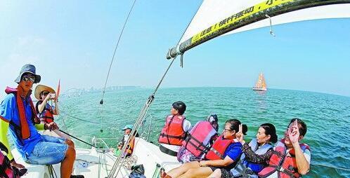 乘坐帆船出海休闲,成为市民游客远离城市喧嚣、身心得到放松的游乐新方式。
