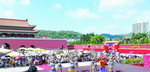 同安影视城的文艺表演精彩纷呈,吸引众多市民游客前来观赏。