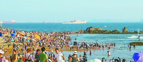 昨日下午,厦大白城海滩人流如织。
