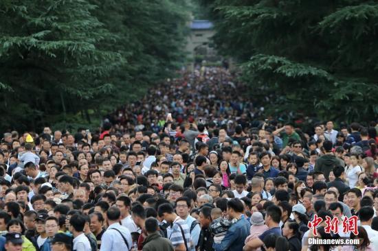 10月3日,大批游客涌进南京中山陵参观。