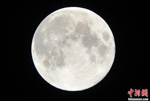 中秋时节的月亮