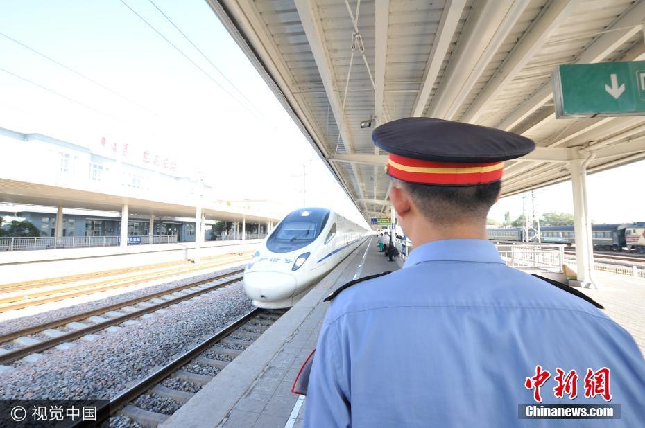 10月1日,内蒙古包头,包头火车站客运工作人员准备接车。