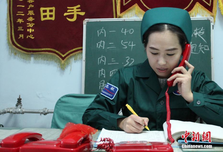 河北省张家口市宣化区医院120急救中心顾文丽在接听电话。