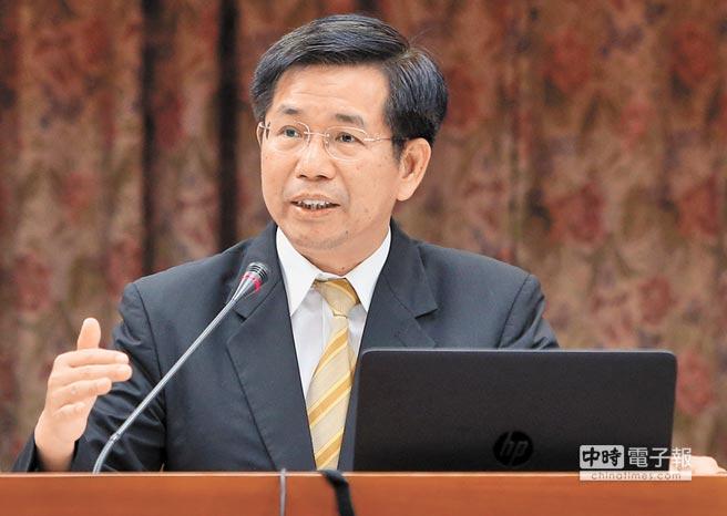 """台湾教育部门负责人潘文忠2日到立法机构""""教育及文化委员会""""进行""""课纲审查回归教育专业,不容政治干预""""的专案报告。"""