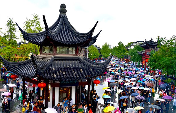 游客冒雨在夫子庙参观游览