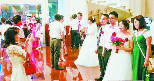 """国庆中秋两节假期叠加,让婚庆市场也迎来特别火爆的""""黄金周""""。"""