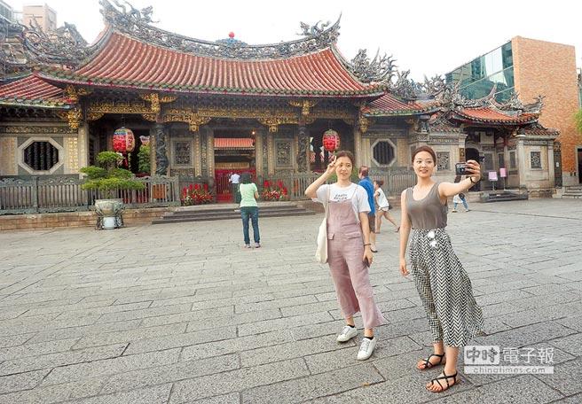 大陆十一黄金周展开,赴台陆客从两三万减少至一万人。图为台北市龙山寺不见以往人潮众多的陆客,反而以日韩客为大宗。
