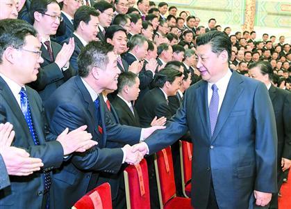 2015年2月28日,党和国家领导人习近平、刘云山等在北京人民大会堂会见第四届全国文明城市、文明村镇、文明单位和未成年人思想道德建设工作先进代表。(图片来源:新华社)