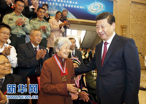 2013年9月26日,习近平在北京会见第四届全国道德模范及提名奖获得者。这是习近平同全国道德模范龚全珍亲切交谈。(图片来源:新华社)