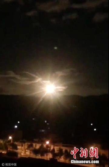 资料图:10月4日晚,一团持续不到5秒后迅速消失的神秘火光照亮了大理夜空, 这一幕被当地正试图赏月的网友拍了下来。