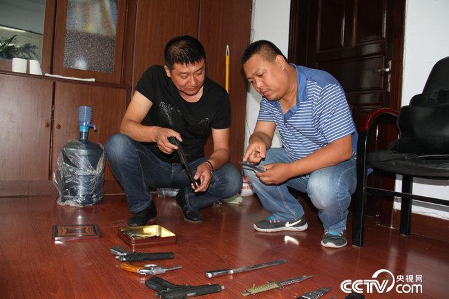 朱振龙同志在侦破金哲犯罪团伙中缴获的枪支及管制刀具
