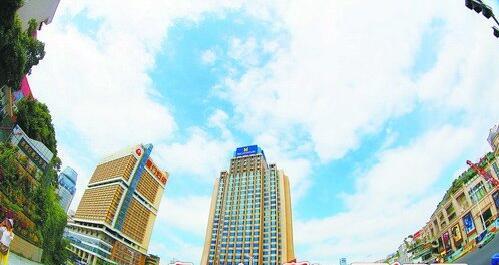 8日,厦门多云有大风。图为8日上午的蓝天白云。