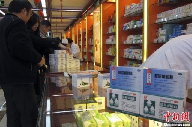 ↑资料图:市民在药店购买药品