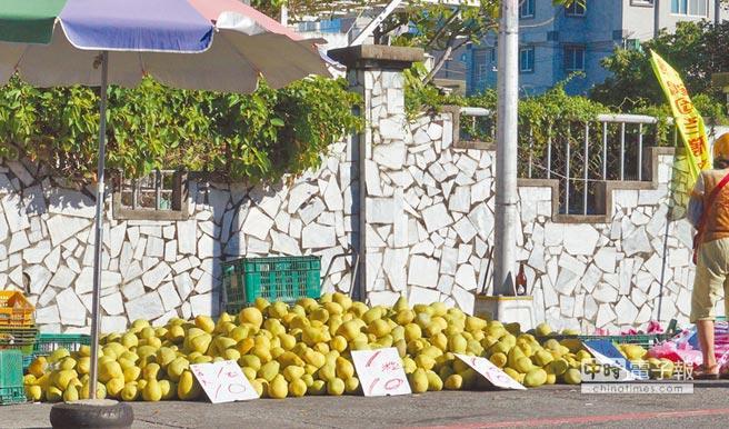 """花莲市出现一颗5元(新台币,下同)、12颗50元文旦柚的""""流血价""""。"""