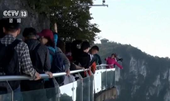 天门山景区海拔1400多米西线崖壁上的西线玻璃栈道景点