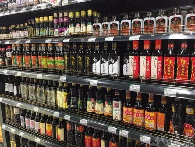 ↑超市货架上的酱油琳琅满目