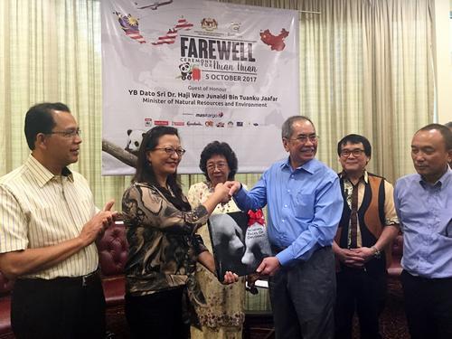 马来西亚自然资源及环境部部长朱乃迪向马珈公参赠送纪念画册