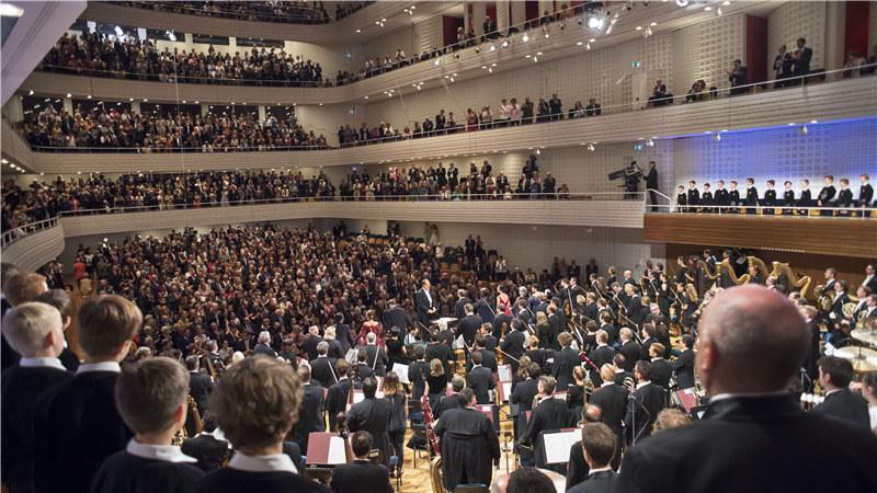 """2016年琉森音乐节管弦乐团演出现场   时隔八年,音乐爱好者们的""""朝圣之旅""""也将开启新的旅程。2017年10月14至15日,琉森音乐节管弦乐团将再度莅临国家大剧院。此番,将由指挥大师里卡尔多·夏伊执棒为大剧院观众上演两场音乐会。2014年初,在阿巴多的去世令整个古典音乐界唏嘘不已的同时,琉森音乐节管弦乐团将由哪位指挥家执掌的疑问成为了世界各大媒体关注的焦点。2016年,夏伊以琉森音乐节管弦乐团新任艺术总监的身份首度登台,与琉森音乐节管弦乐团共同呈现了素有&ldqu"""